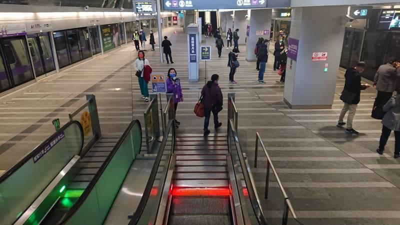 桃園機場捷運A1台北車站出現轉轍器異常,約影響550位乘車民眾。(記者周敏鴻翻攝)