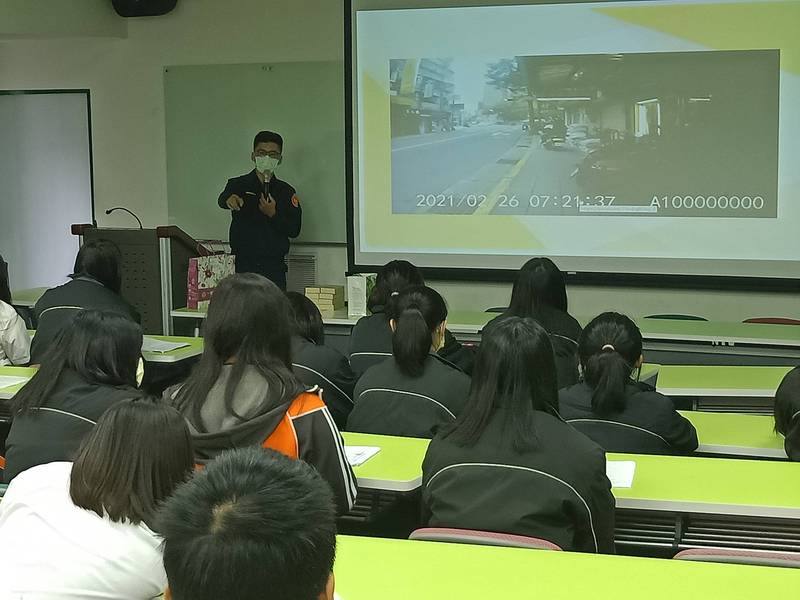 警方前進校園,利用Google街景軟體向學生講述道路交通安全。(記者姚岳宏翻攝)