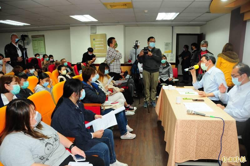 台灣觀光學院將在7月停辦,今天學校召開說明會,校長王燕軍(台上左)強調今天說明會是「停辦啟動前的前製作業說明」,並沒有「說停辦就停辦」,但學生仍憂心學校的承諾會跳票。(記者花孟璟攝)