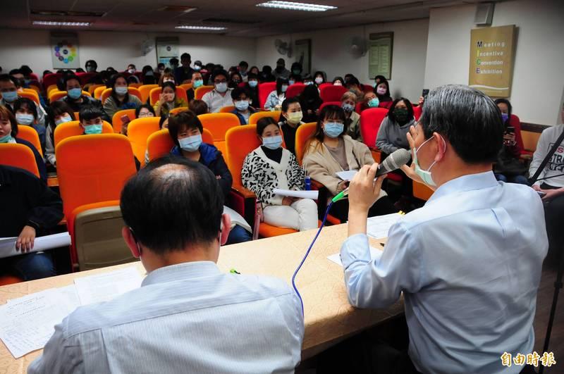台灣觀光學院將停辦,校長王燕軍(右)及教育部技職司專門委員柯今尉(左)在學校開說明會,學生一臉憂慮,只希望能夠順利畢業。(記者花孟璟攝)
