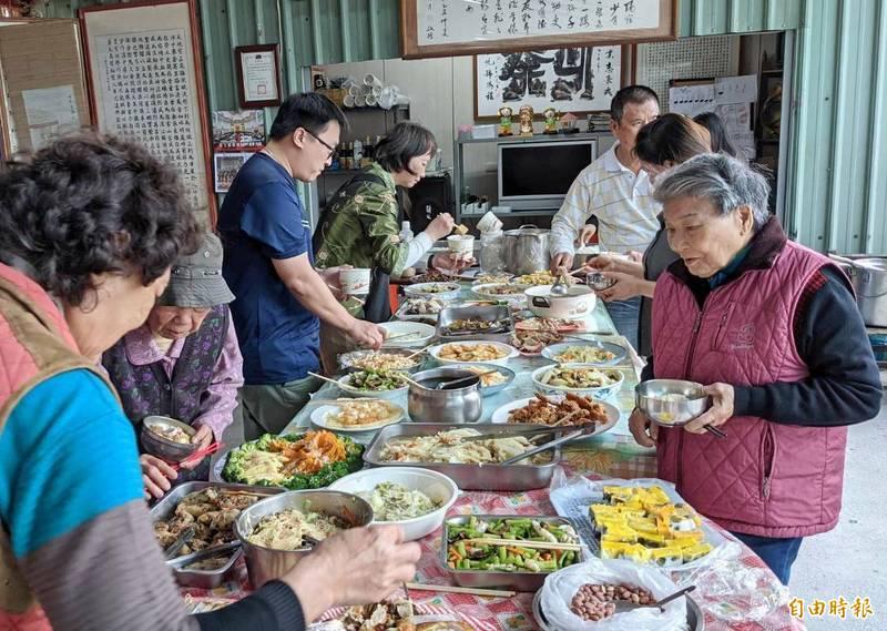 彰化縣田中鎮復興社區舉辦共餐,餐點以鳳梨入菜,製作鳳梨蝦球、鳳梨苦瓜雞等20多道鳳梨風味餐。(記者陳冠備攝)