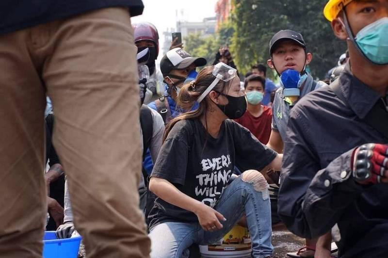 網友在鄧家希(中)臉書上貼出她生前在街頭抗爭現場的最後身影。(圖取自鄧家希臉書)