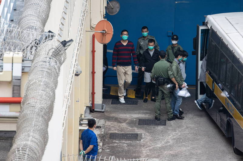 港泛民47人被捕後超過3天未梳洗更衣,今日由拘留所前往法院耹訊時,許多人仍穿同一套衣服。(歐新社)