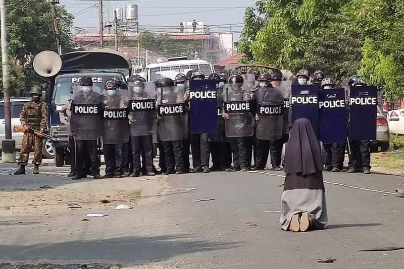 修女在軍警面前下跪,求他們別對示威者開槍。(擷取自Cardinal Charles Bo推特)