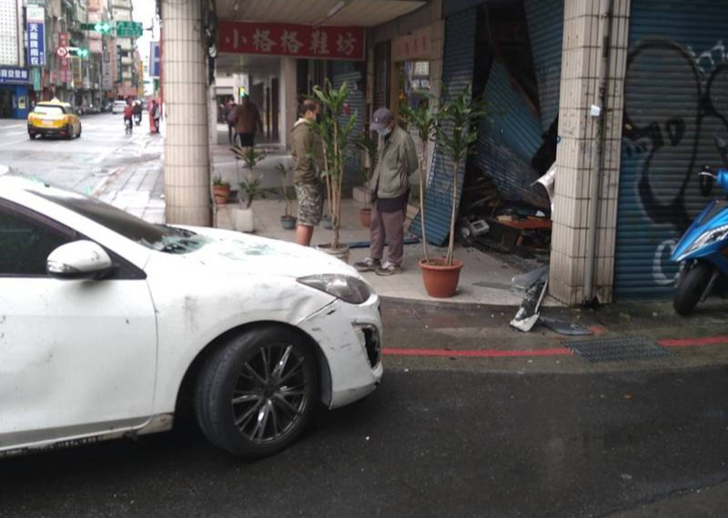 林男最後開車撞毀中藥行大門,被警方逮個正著。(記者王冠仁翻攝)