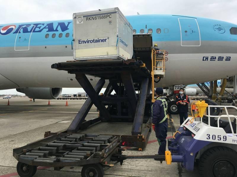 首批AZ疫苗今由大韓航空運抵桃園機場,下午進行檢驗封緘作業。(讀者提供)