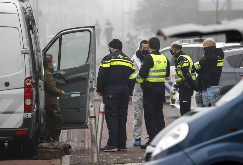 荷蘭阿姆斯特丹北部城鎮博芬卡斯珀爾今天驚傳爆炸,警方及相關人員正在現場調查。(法新社)