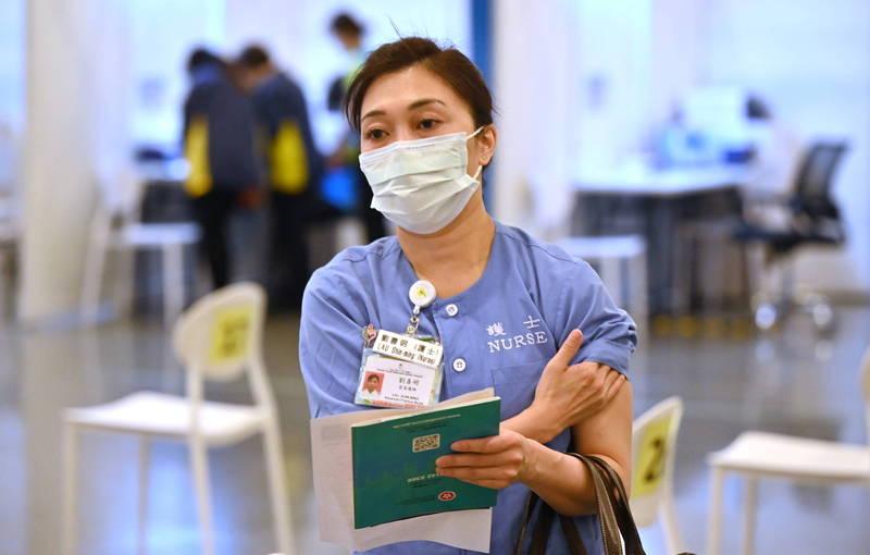 香港今開放登記接種「復必泰疫苗」,名額約14萬個。圖為醫護人員在診所接種完疫苗後情形。(歐新社)