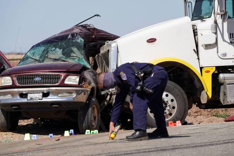 美國加州南部發生重大車禍,一輛超載的休旅車被大卡車撞擊,造成至少13人死亡。(路透)