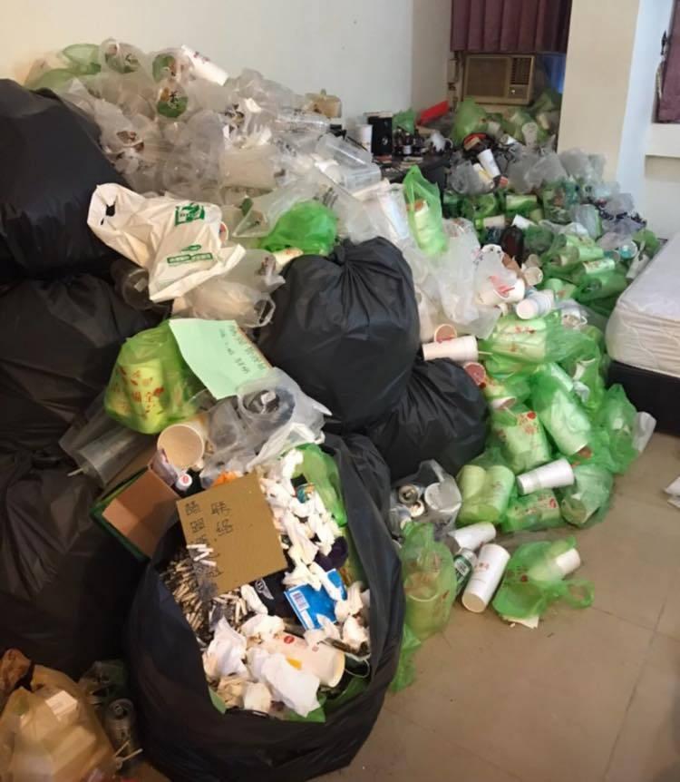 有代租業人士在臉書抱怨,協助房東將房子出租給一位高雄舞廳少爺並代管,沒想到對方住了兩年後不告而別,房子裡留下50袋的垃圾。(圖翻攝自爆怨公社)