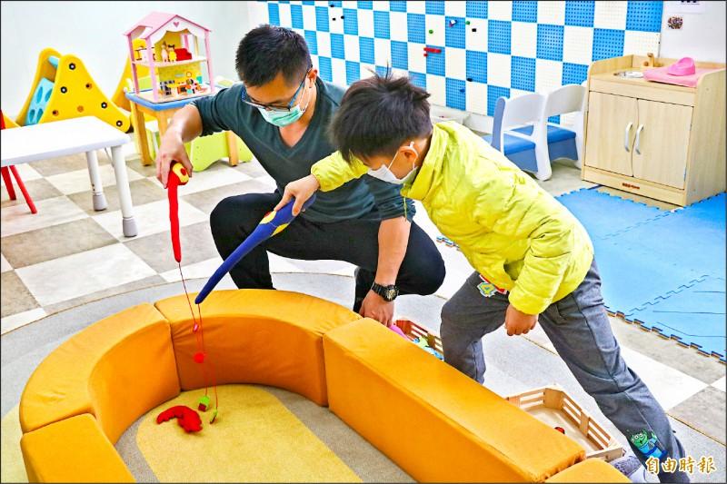 宜蘭縣11間親子館即日起周日也開放親子入內同樂。 (記者蔡昀容攝)