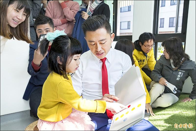 新竹市11所學校響應教育部「晨讀運動」,在「2020明日閱讀日─晨讀運動」獲全國優等獎,市長林智堅常在各場域說故事給孩子聽,讓孩子養成閱讀習慣。(記者洪美秀攝)