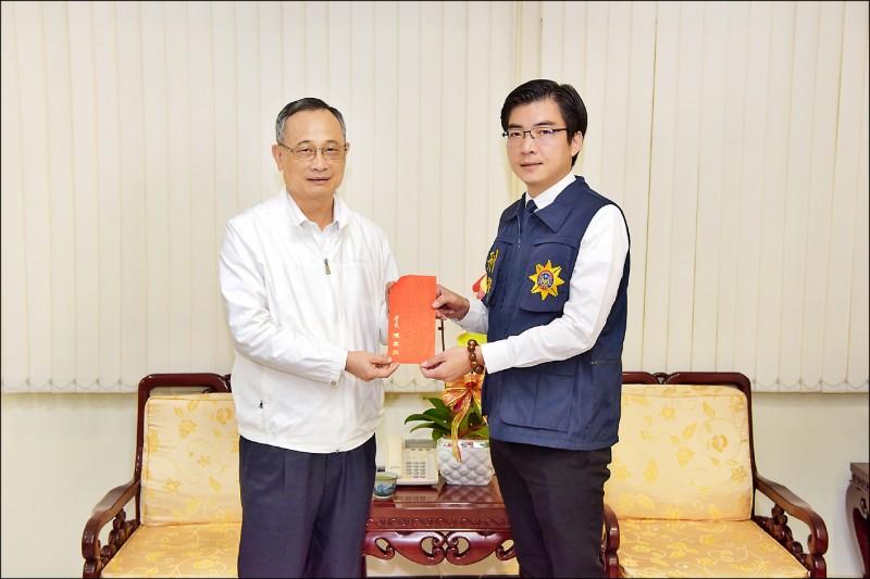 陳家欽(左)昨慰勉嘉義市警局專案小組成員,他表示若他在現場,也會正確用槍。(記者王善嬿攝)