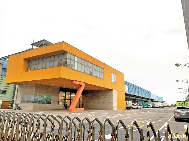 11.7萬AZ疫苗昨天抵台,由航警局開道押運護送到台灣裕利醫藥在大園區的醫藥物流中心。(記者陳恩惠攝)