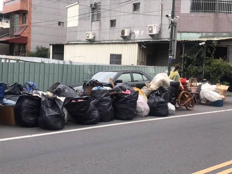 南投集集鎮獨居老翁住家堆滿垃圾,公所與民間團體動員志工打掃,清出近噸垃圾。(集集鎮公所提供)