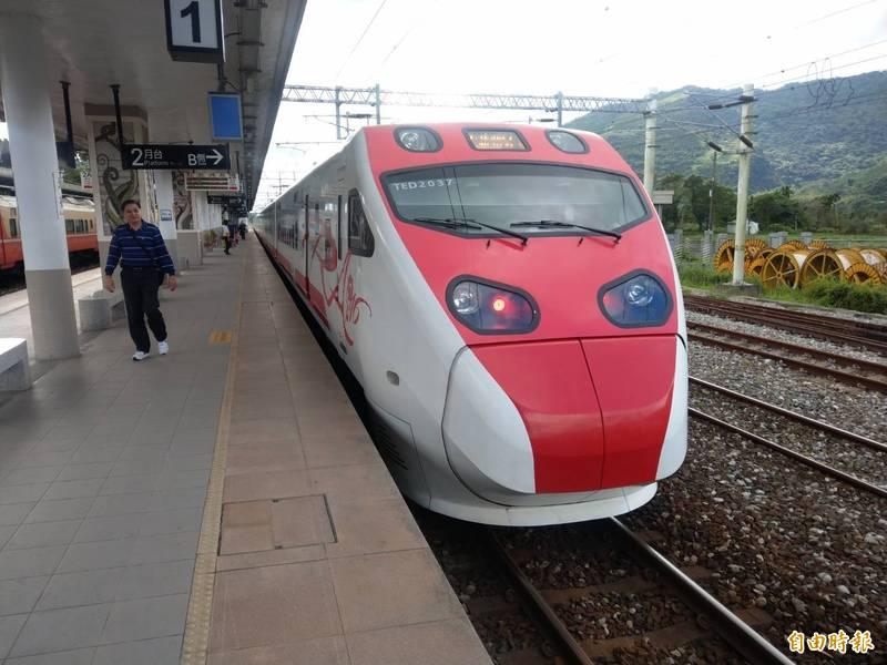 台鐵清明連假車票今開票,東、西部幹線尖峰時段長途自強號座位已售完。(資料照,記者鄭瑋奇攝)