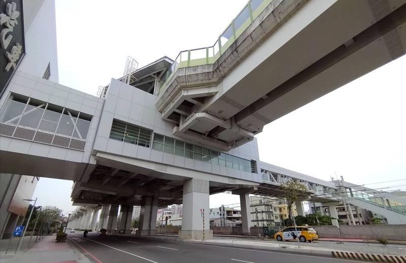 中捷公司即日起,每日6時至21時開放民眾過九德站及烏日站連通天橋,避免跨越馬路(中捷公司提供)