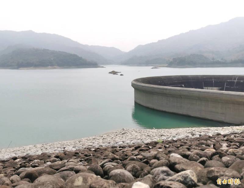 高屏溪因川流量持續下降,南水局今宣布凌晨起暫緩高雄送水台南,供水缺口將由南化水庫增加出水量補足。圖為南化水庫。(記者萬于甄攝)