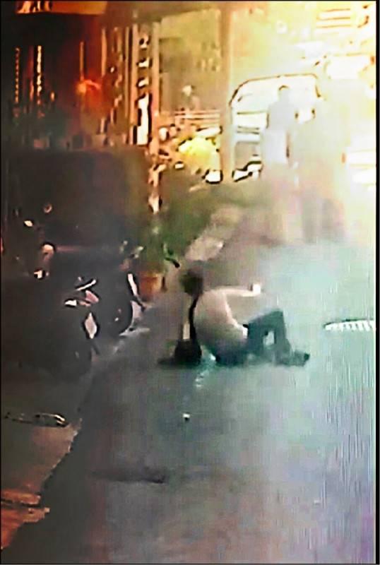 顏姓搶匪拿BB槍搶銀樓,被銀樓老圖打趴在地。(資料照,記者翻攝)
