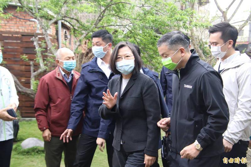 總統蔡英文今天早上走訪新竹縣縣定古蹟關西分駐所所長宿舍,並與投入地方創生的在地青年座談。(記者黃美珠攝)