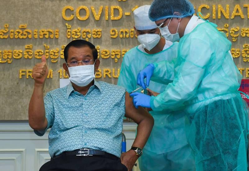 柬埔寨總理韓森4日帶頭接種AZ疫苗。(法新社)