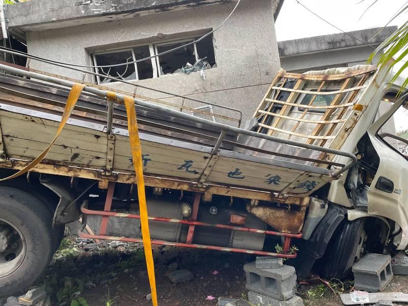 一輛滿載近噸瓦斯的大貨車今天下午撞入新北五股憲兵學校,行動火藥庫險些在憲校內引爆釀成傷亡。(記者吳仁捷翻攝)