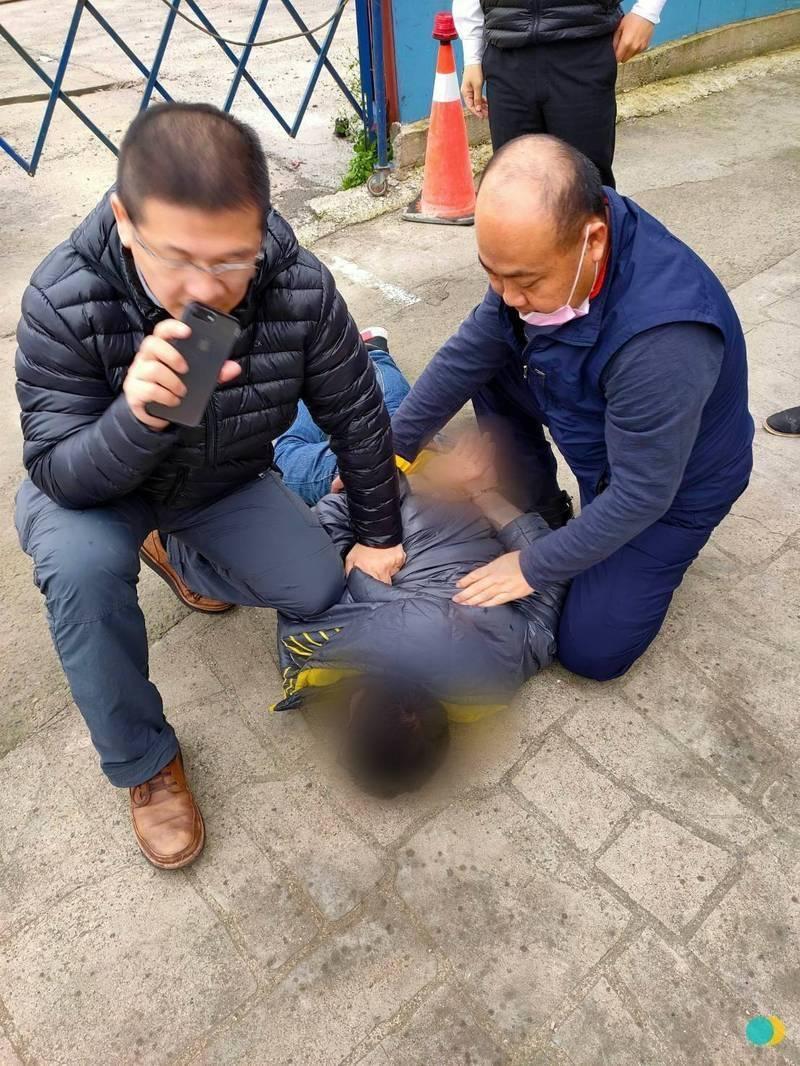 警方壓制涉嫌搶奪女子的陳嫌。(記者邱書昱翻攝)
