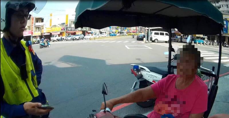 台南永康一名婦人今午外出買飯,但電動代步車卻半路沒電,警方獲報到場一路助推。(民眾提供)