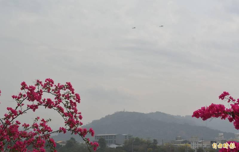 台中大里、太平、霧峰的天空,本週幾乎每天都可看到直升機來回穿梭飛行。(記者陳建志攝)