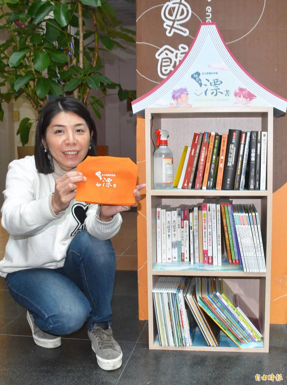 桃園市75處漂書站同步啟動,圖為提供100個漂書小書包大放送。(記者李容萍攝)