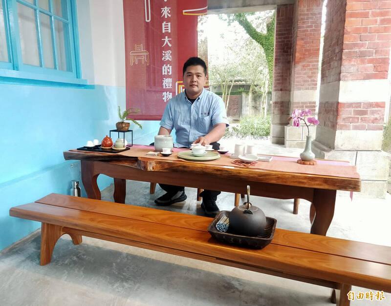 合成木器行木藝師鄭仁傑和他參展的「柚見好客來」茶家具。(記者李容萍攝)
