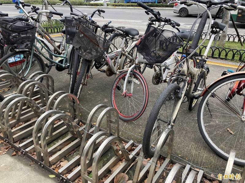 捷運蘆洲站1號出口單車架遭綁上鐵絲,200多台單車無法整齊停放。(記者陳心瑜攝)