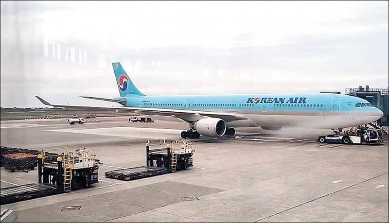我國向AZ直接訂購的疫苗,從韓國疫苗廠出貨,第一批11.7萬劑昨上午由大韓航空班機運抵台灣。(讀者提供)