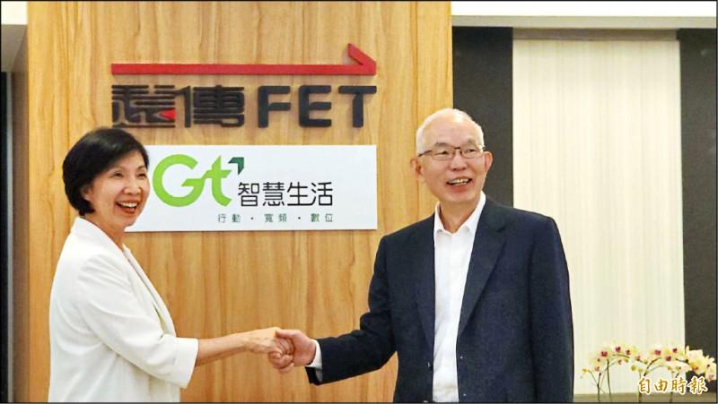 遠傳電信總經理井琪(左)與亞太電信總經理黃南仁(右)握手合作。 (記者王憶紅攝)