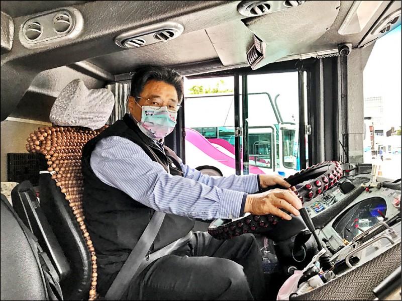 續9年擔任國光武陵賞櫻專車駕駛的顏文進,因駕駛技術精湛、還會沿途介紹風景獲乘客好評。(國光客運提供)