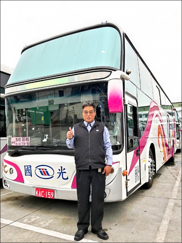 連續9年擔任國光武陵賞櫻專車駕駛的顏文進,因駕駛技術精湛、還會沿途介紹風景獲乘客好評。(國光客運提供)
