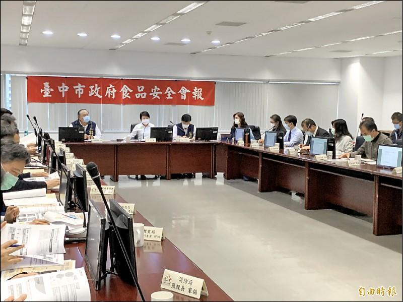市長盧秀燕(左二)昨在食安會報宣布,今年起抽驗牛、豬結果會全數且週週上網公布。(記者蔡淑媛攝)