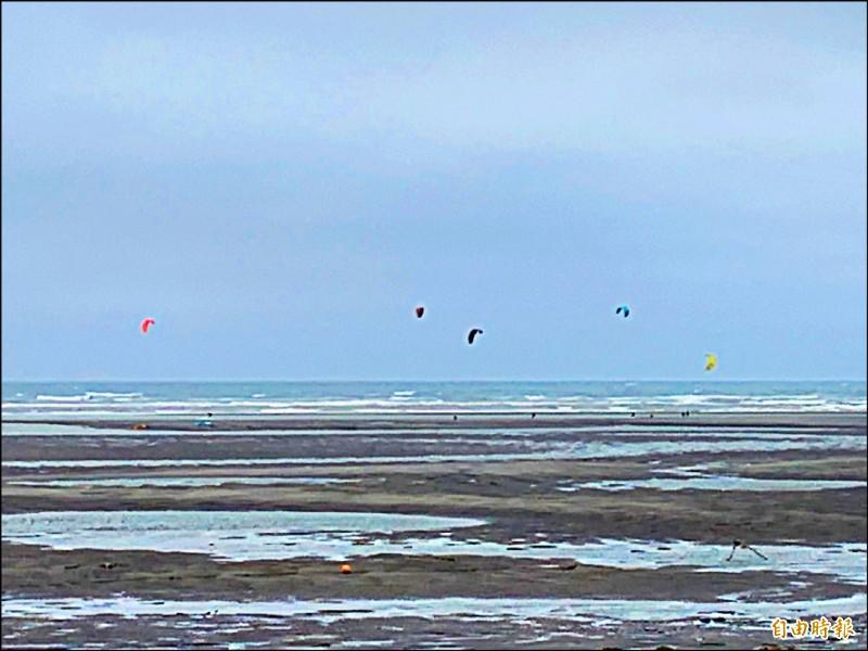 大安濱海樂園228連假吸引風箏衝浪玩家戲水。 (記者張軒哲攝)