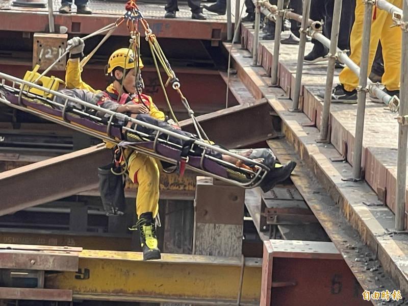 高雄市鼓山區美術東四路一大樓工地今上午發生工安意外,造成1死1傷。(讀者提供)