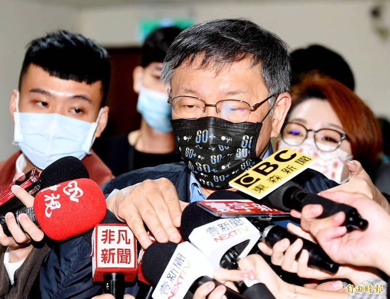 台北市長柯文哲今出席用北投區里長市政座談會,柯文哲抵達會場時,媒體提問疫苗議題。(記者朱沛雄攝)