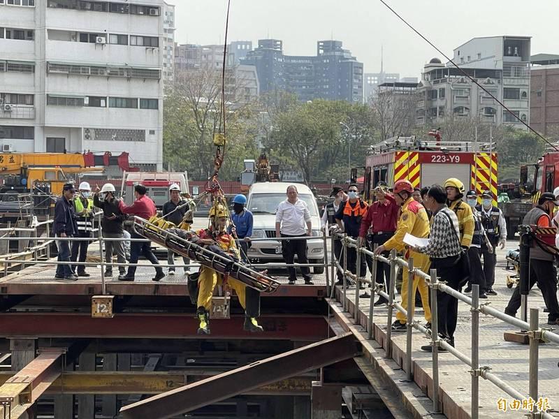 高市美術館高級住宅區一工地傳工安意外,5名工人受傷其中2人救出時OHCA已無意識,緊急送醫搶救。(記者黃良傑攝)