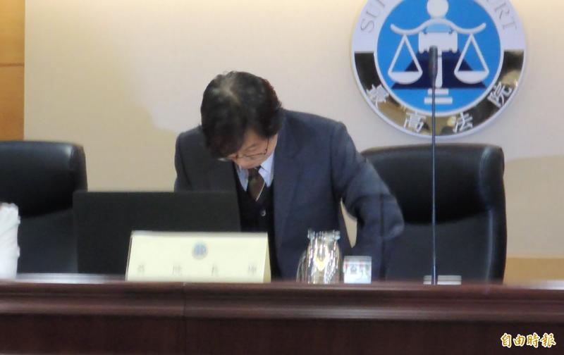 最高法院院長吳燦今天在媒體前哽咽並起身公開道歉。(記者張文川攝)