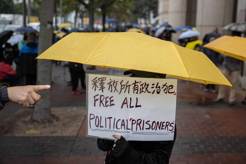香港47人案各界關注,今天審案邁入第4天。庭外大批群眾聚集替47名被告加油打氣,今晚法院終於宣布保釋15人,其餘32人還押。(歐新社)