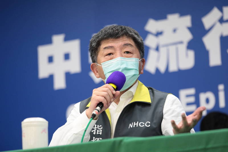 中央流行疫情指揮中心指揮官陳時中(見圖)今晚在電視台節目中表示,目前若要靠疫苗護照來降低居家隔離天數,恐怕「還很遙遠」。(圖由中央流行疫情指揮中心提供)