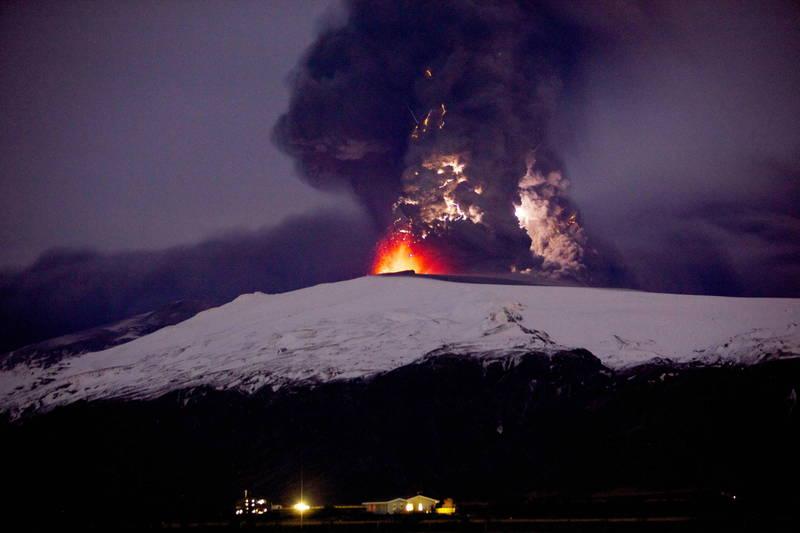 冰島震不停可能由火山活動引起,專家預估將有規模6以上強震發生,並有火山爆發的可能。(歐新社)