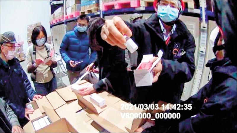 首波到貨的AZ疫苗進行拆箱作業,抽取樣品、進行疫苗外觀異物檢查。(食藥署提供)