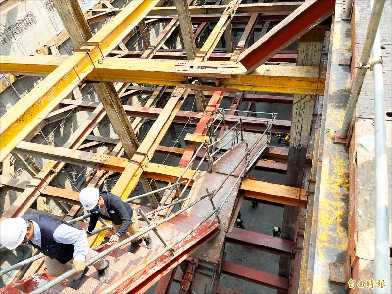 出事地點在工地地下5層,離地約18公尺深處。(記者黃良傑攝)