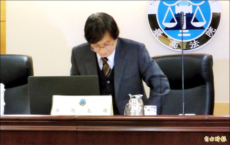 最高法院院長吳燦昨天在媒體前哽咽並起身公開道歉。(記者張文川攝)