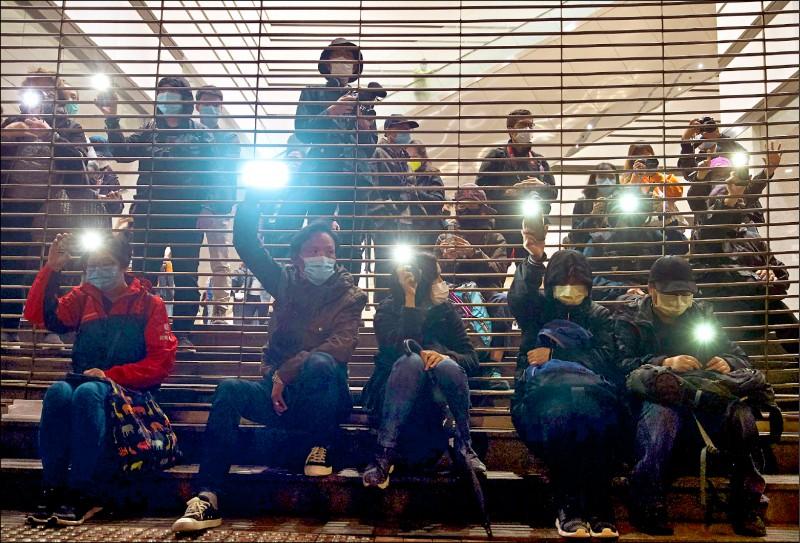 香港民主派支持者四日在西九龍法院外,聲援被控違反國安法的四十七名民主派人士。(美聯社)