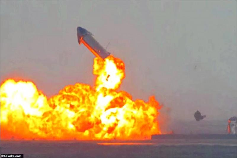 星艦第十號原型機完成試飛後,起初平安降落,沒想到卻在著陸後約八分鐘爆炸,噴上天空後再次墜毀。(路透)